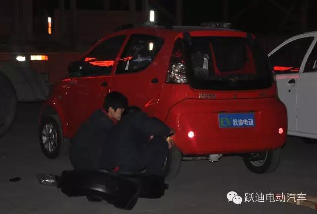跃迪人连夜加班加点装车-跃迪电动汽车批量发车郑州.   跃迪高清图片
